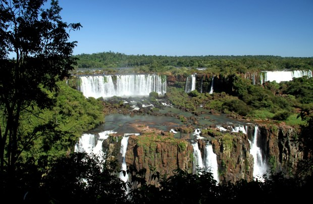 O Parque Nacional do Iguaçu foi declarado Patrimônio Mundial Natural pela UNESCO e seus saltos podem chegar a ter uma vazão média de 1.500 m³ de água por segundo (foto: Eduardo Vessoni)