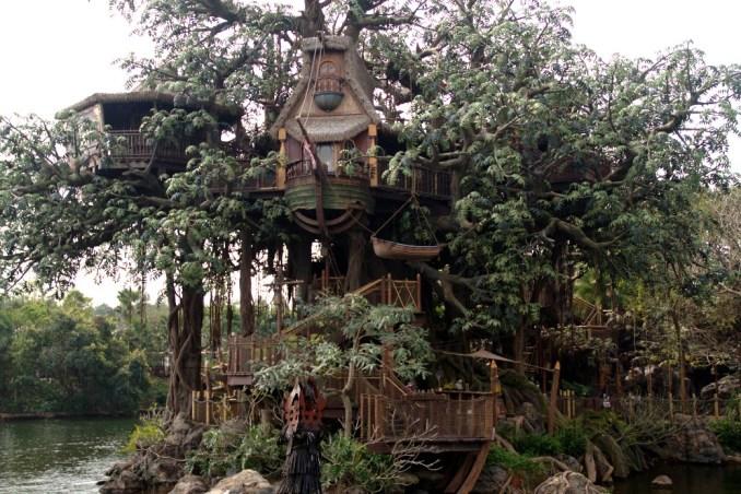 Vista da casa do Tarzan, na Adventureland, área temática da Disney de Hong Kong (foto: Eduardo Vessoni)