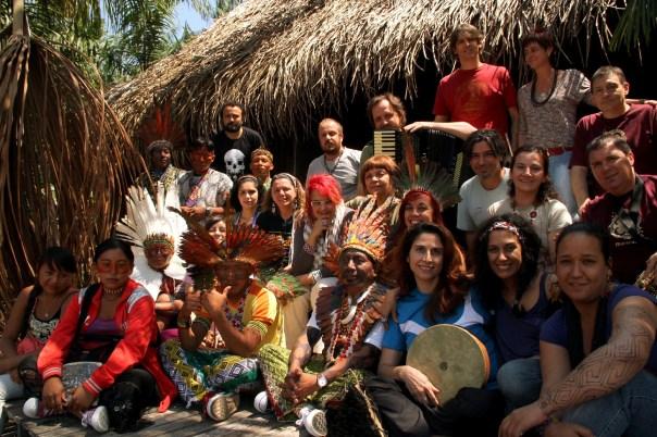 Grupo Mawaca com os Índios Kaxinawá, Acre (foto: Eduardo Vessoni)