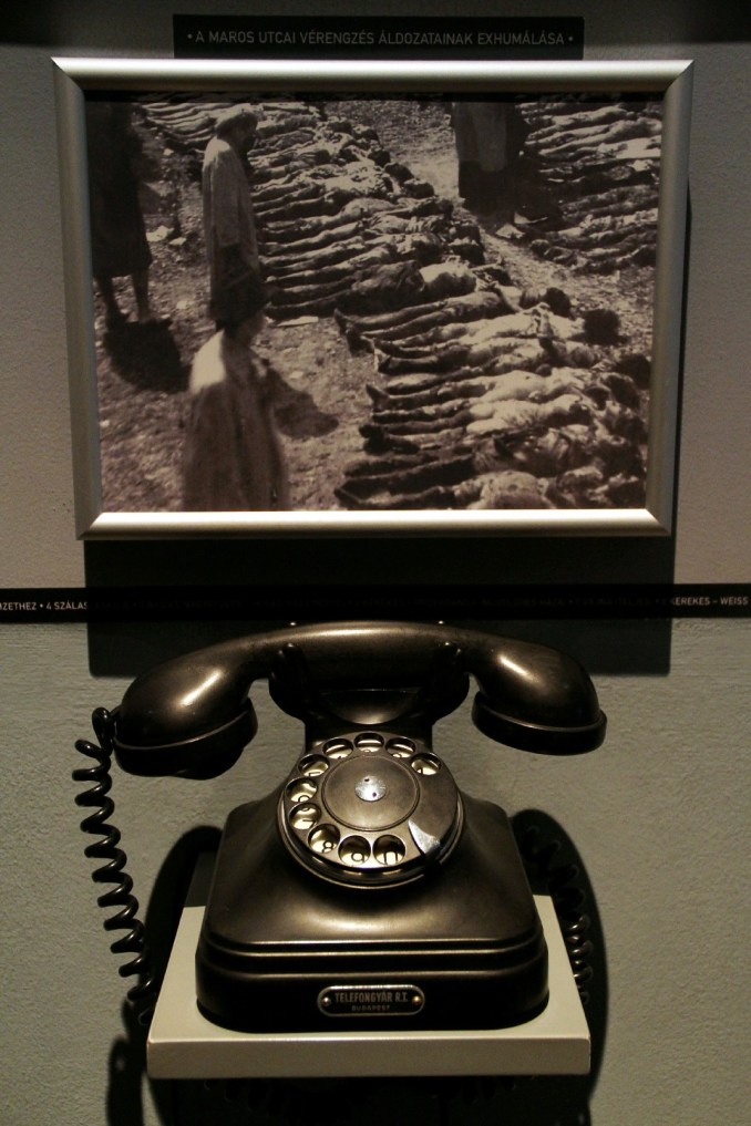 Telefones com gravações da épocas dos sistemas totalitários na Hungria guardam gravações que podem ser opuvidas pelos visitantes (foto: Eduardo Vessoni)