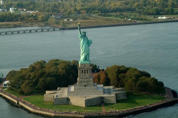 Estátua da Liberdade vista durante voo panorâmico em Iorque (foto: Eduardo Vessoni)