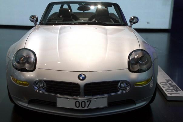 """BMW Z8 usado no filme """"007- O mundo não é o bastante"""", em exibição no Museu da BMW, em Munique"""
