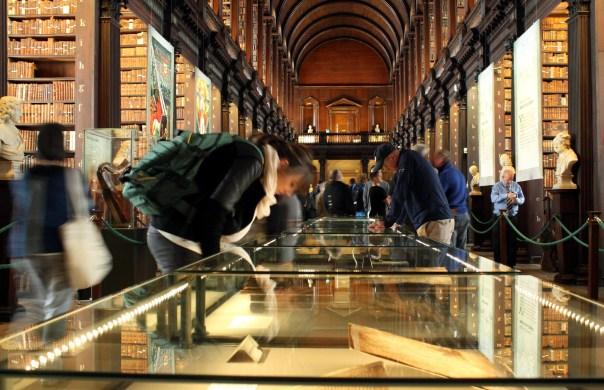 Antiga biblioteca da Trinity College, universidade de Dublin, capital da Irlanda (foto: Eduardo Vessoni)