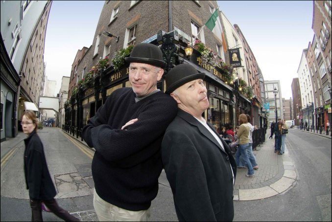 """Atores do """"Literary Pub Crawl"""", tour literário por pubs históricos de Dublin, na capital da Irlanda (foto: Divulgação)"""