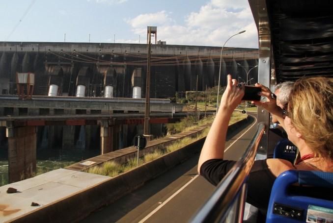 Uma das atrações mais populares é o tour panorâmico em território neutro, entre o Brasil e o Paraguai, um circuito de 2 km de extensão a bordo de um ônibus de dois pisos (foto: Eduardo Vessoni)