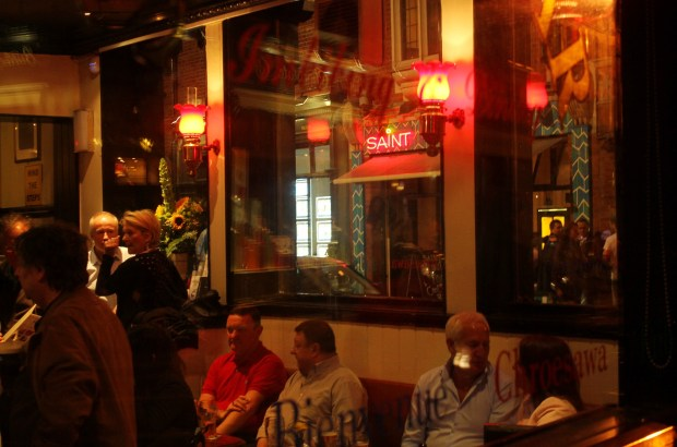 Interior do Old Stand, um dos pubs da rota literária de Dublin (foto: Eduardo Vessoni)