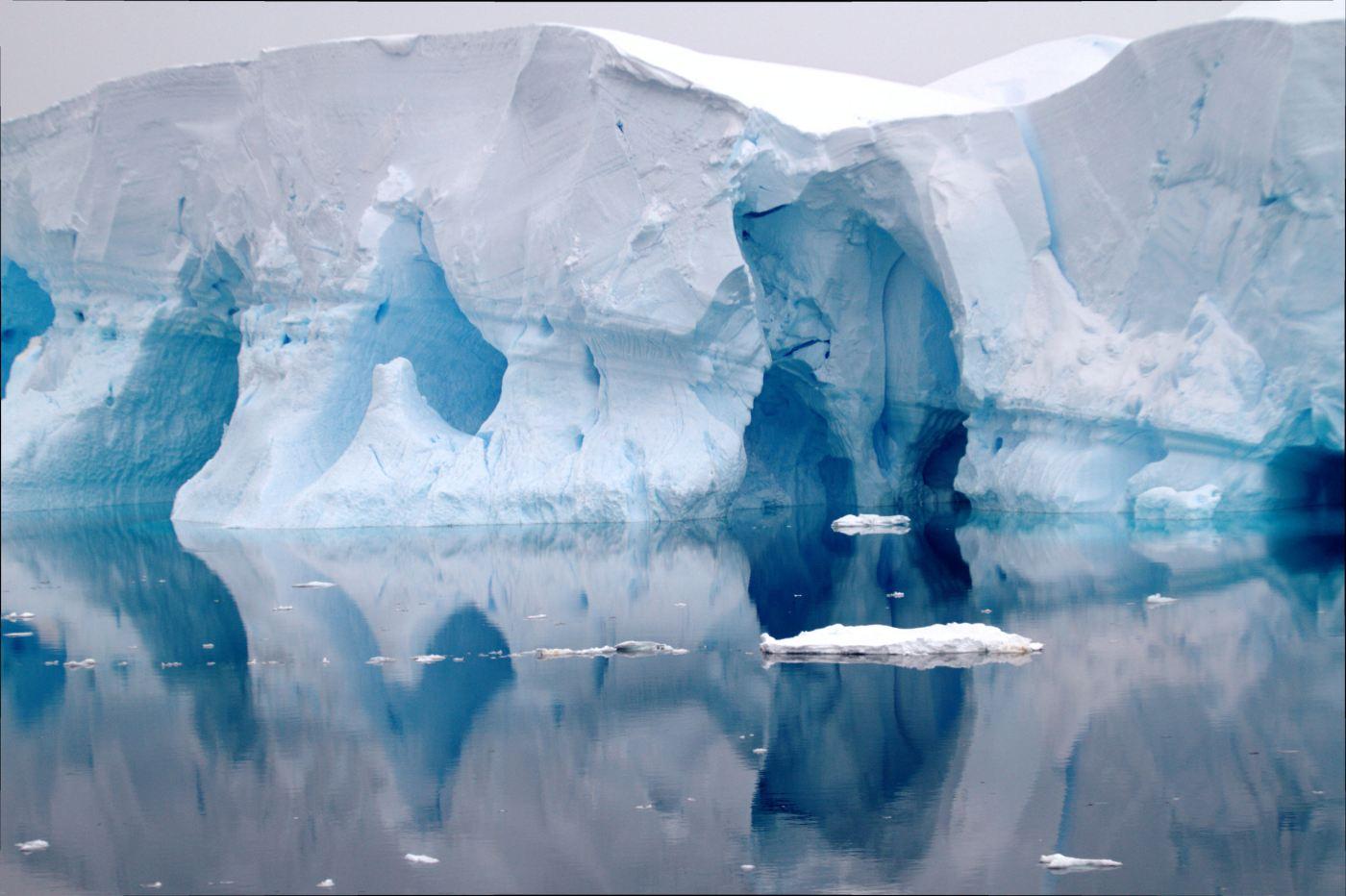 VER TÚNEIS DE GELO: Paradise Harbour é um cenário impactante formado pelo reflexo das geleiras sobre as águas calmas e suas formas abstratas que vão se modificando de acordo com o ponto de vista do viajante (foto: Eduardo Vessoni)