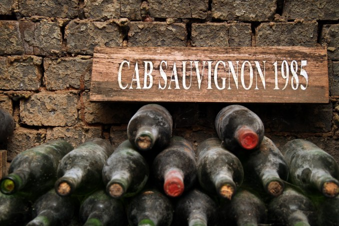 Detalhe das garrafas armazenadas na enoteca da Dal PIzzol (foto: Eduardo Vessoni)
