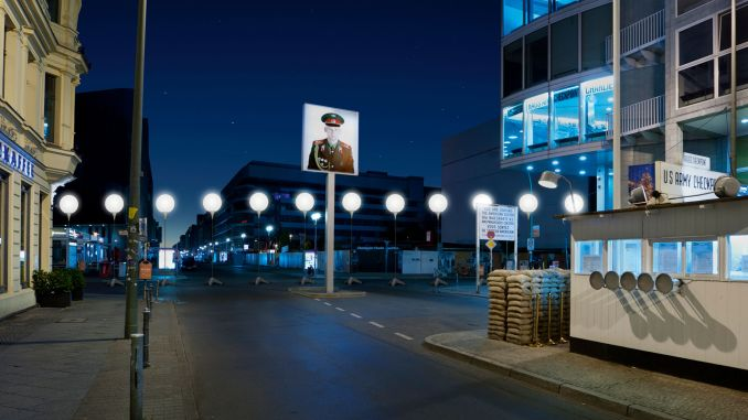 Checkpoint Charlie com instalação em comemoração aos 25 anos da queda do Muro de Berlim (foto: berlin.de / Divulgação)