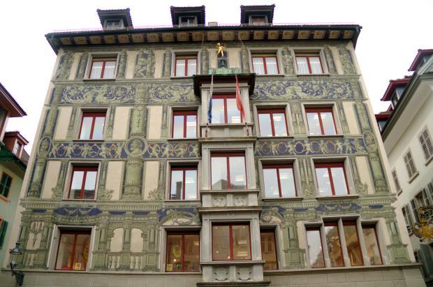 Vista da fachada da Joalheria Goldsmith dedcorada, na Hirchenplatz, praça do centro histórico de Lucerna, na Suíça (foto: Eduardo Vessoni)