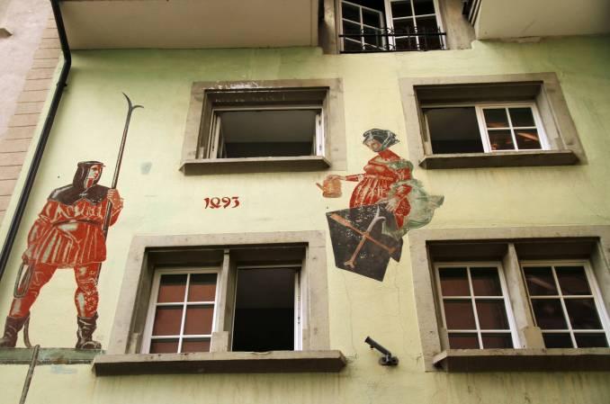 Detalhe de uma das fachadas decoradas da Hirchenplatz, praça do centro histórico de Lucerna, na Suíça (foto: Eduardo Vessoni)