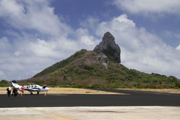 Vista parcial da pista do aeroporto de Fernando de Noronha (foto: Eduardo Vessoni)