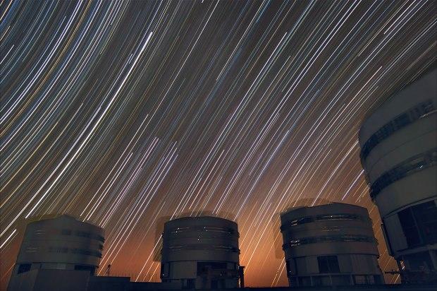 Foto feita em alta exposição registra rotação das estrelas, no Paranal, um dos observatórios do Chile que estão abertos para visita (foto: ESO/Stéphane Guisard)