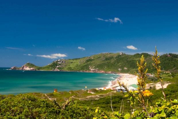 Vista da Praia do Mole, uma das paradas do roteiro de 4 dias a redor da ilha de Florianópolis, em Santa Catarina (foto: Caminhos do Sertão/Divulgação)