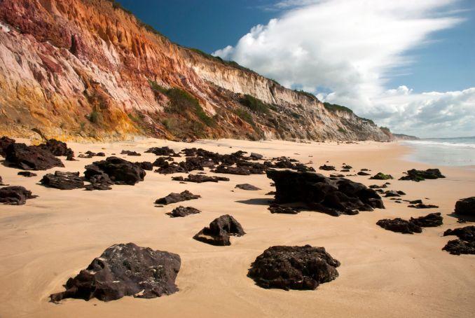 Japara Mirim, tranquila praia de falésias, a 8 km de Cumuruxatiba. na Bahia (foto: João Ramos/Bahiatursa)