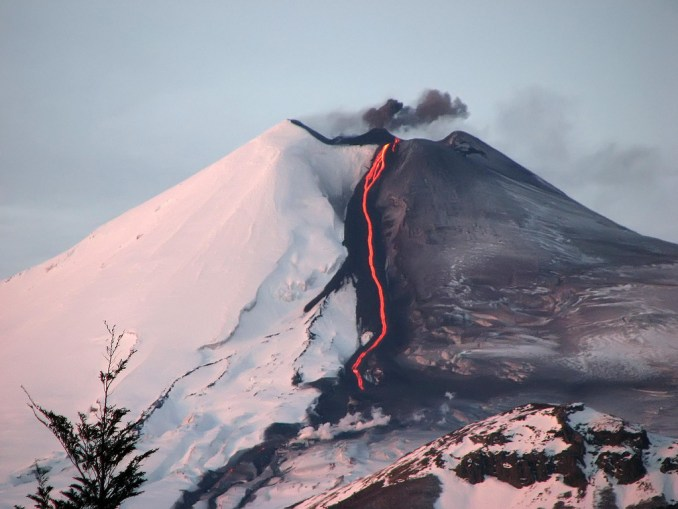 Vista da erupção do vulcão Llaima, em julho de 2008. Localizado na Região da Araucanía, este vulcão a 3.125 metros de altitude é considerado um dos mais ativos da América do Sul (foto: Ismael Cañete/Flickr-Creative Commons)