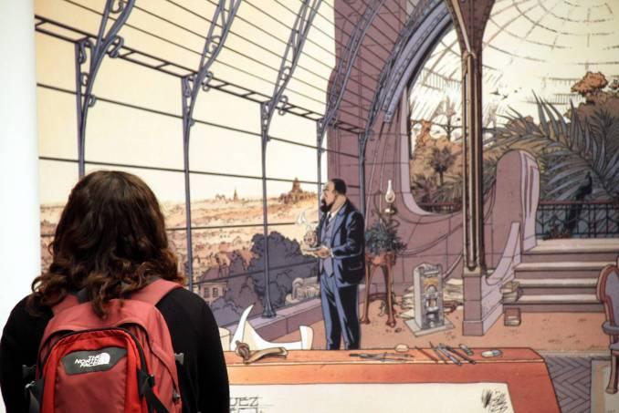Visitante observa quadro com imagem de quadrinho belga, no Belgium Comic Strip Center, considerado uma espécie de meca dos quadrinhos, em Bruxelas (foto: Eduardo Vessoni)