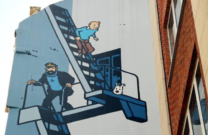 Mural em Bruxelas homenageia personagens dos quadrinhos como Tintim, seu cachorro Milu e o Capitão Haddock. Esta é uma das obras que fazem parte do roteiro de arte de rua na capital da Bélgica (foto: Eduardo Vessoni)