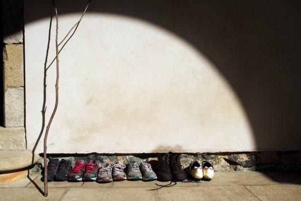 Sapatos de peregrinos no Sobrado dos Monxes, na Galícia (foto: Eduardo Vessoni)