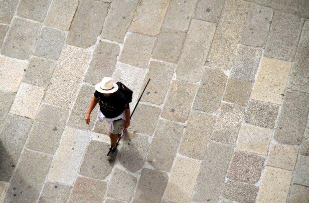 Peregrino chega à Catedral de Santiago de Compostela, última etapa do 'Caminho Norte' (foto: Eduardo Vessoni)