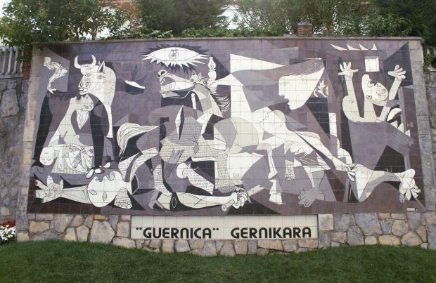 Localizada na província de Vizcaya, também no País Basco, a pequena Guernica é um dos pontos de parada da etapa 5 do Caminho Norte, na Espanha. A cidade ficou conhecida, mundialmente, por ter servido de inspiração para o famoso painel de Pablo Picasso, pintado após o bombardeiro sobre a cidade, durante la Guerra Civil Espanhola, em 1937. Embora o original se encontre no Museo Reina Sofía, em Madri, a cidade conta com uma réplica feita sobre cerâmica (foto: Eduardo Vessoni)