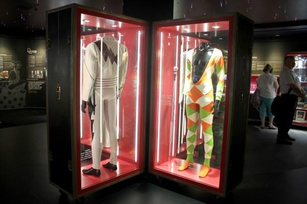 Figurinos usados por Freddie Mercury, em exposição no The Studio Experience, em Montreux, na Suíça (foto: Eduardo Vessoni)