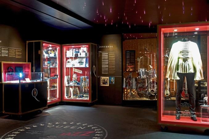 Figurinos usados por Freddie Mercury, em Vista do Queen – The Studio Experience, em Montreux, na Suíça (foto: Richard Gray/The Studio Experience)