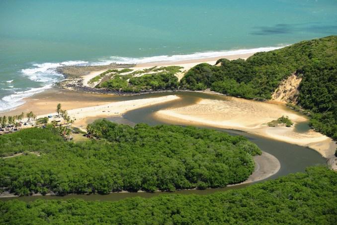 Vista aérea da Barra de Camaratuba, em Mataraca, a 110 km de João Pessoa (foto: Cacio Murilo/PBTur)