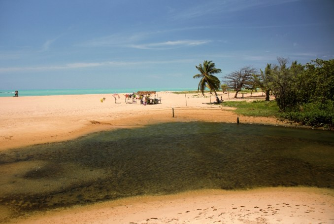A praia de Pratagi é a versão mais selvagem do litoral norte de Maceió, onde o encontro do mar com o rio Meirim é um dos pontos altos dessa praia, procurada por quem quer banhos em águas mais tranquilas, a 20 km da capital de Alagoas (foto: Eduardo Vessoni)