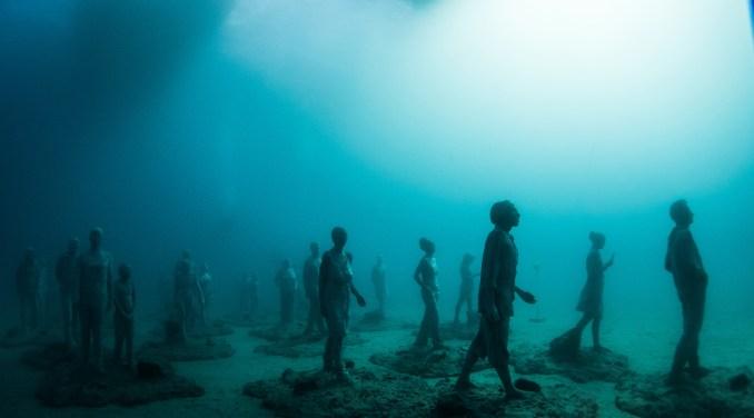 """Vista da obra """"El Rubicón"""", formada por 35 figuras humanas que dirigem a um mesmo destino, cujos moldes foram feitos com moradores da ilha de Lanzarote, nas Canárias (foto: Eduardo Vessoni)"""