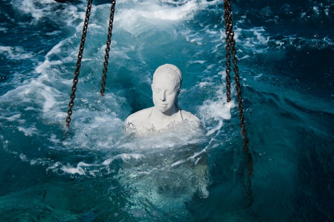 Afundamento de umas das obras do artista britânico Jason deCaires Taylor, em Lanzarote, nas ILhas Canárias (foto: Divulgação)