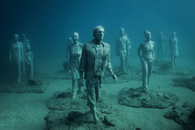 """Detalhe da obra """"El Rubicón"""", formada por 35 figuras humanas que dirigem a um mesmo destino, cujos moldes foram feitos com moradores da ilha de Lanzarote, nas Canárias (foto: Eduardo Vessoni)"""