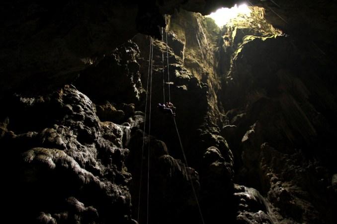 Rapel de acesso ao Abismo Anhumas (foto: Eduardo Vessoni)