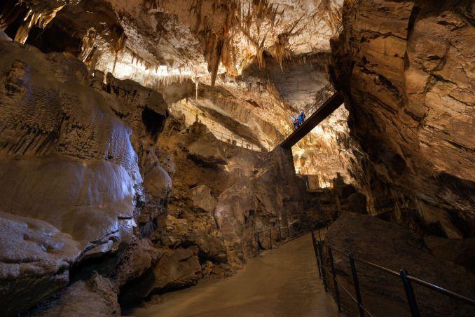 Vista da 'Ponte Russa', no interior da Caverna de Postojna,na Eslovẽnia (foto: Slovenian Tourist Board)