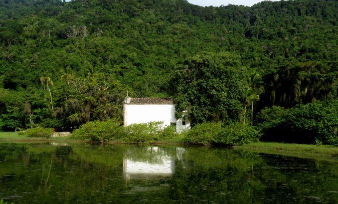 Vista da igreja histórica de Paraty-Mirim (foto: Wikimedia Commons)