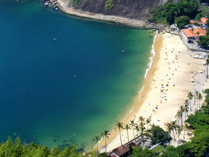 "Praia Vermelha (foto: <a href=""https://www.flickr.com/photos/slasher-fun/4324444223/in/photolist-7A8UBa-dYNfwF-7AcEyy-7A8TuD-7AcEcN-7AcEr3-59pygj-59pxJY-nYgZ1G-bbTsbV-6xjhf2-cVosiu-6xovgY-6xorvY-6xjg7t-6xjgsk-6xjdT6-6xoFjw-6xjiqD-6xjgRx-6xow9Q-6xjwNx-edfnKF-7A8UdR-6gxPAe-9AfLTJ-7yAeKU-4tRHHv-7CdWhx-9AfUQs-59py77-6Rru19-7ChKyd-9AcT6B-6ZVPTx-7tKn8o-b5BFd8-7tKno5-9AfNDU-6Rp2rq-53LkEN-6Rp4Fb-9AcV48-bcNkz6-9PDGcj-92yC4y-7vid4v-6gC3p3-9AcMwT-6w4eyX"" target=""_blank"">Mathieu Marquer</a>/Flickr-Creative Commons)"
