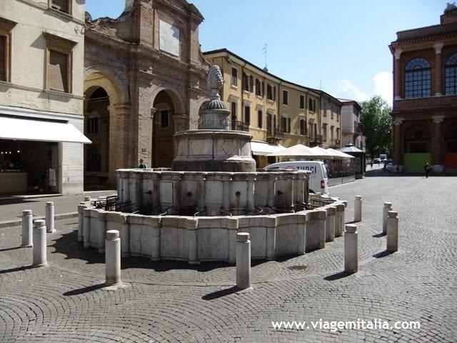 Pontos turísticos em Rimini, Itália. Praça Cavour