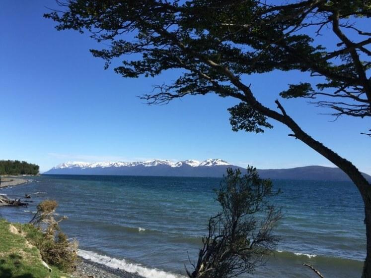 """A Cabana que o """"Brasileiros em Ushuaia"""" usa fica nesta prainha (lago)"""