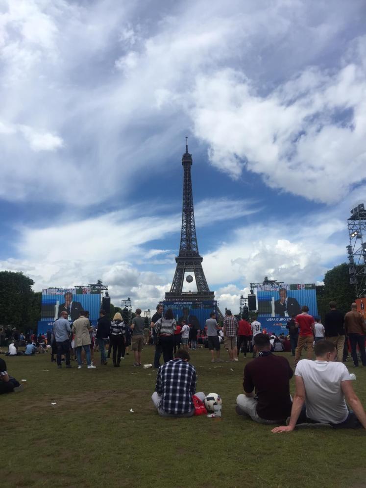 Os telões e a Torre Eiffel