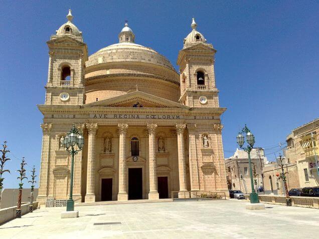 Facciata principale della Chiesa di Mgarr sull'isola di Malta
