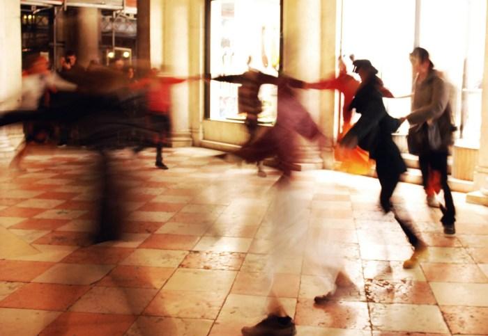 per le strade si balla con gli sconosciuti