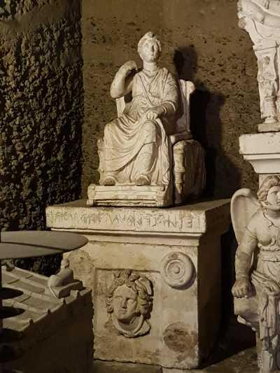 Ipogeo dei Volumni, l'urna di Veilia, figlia di Arnth