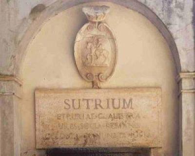 Lapide posta nel palazzo comunale. In alto lo stemma di Sutri, con Saturno a cavallo e tre spighe di grano in mano