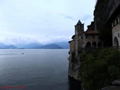L'Eremo di Santa Caterina del Sasso, sul Lago Maggiore, è una delle cose da fare nei dintorni di Milano.
