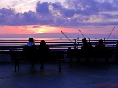 cosa fare a genova: godersi un tramonto dal piazzale sotto la lanterna di genova.
