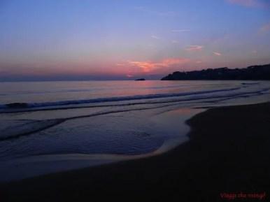 spiaggia di serapo al tramonto a gaeta.