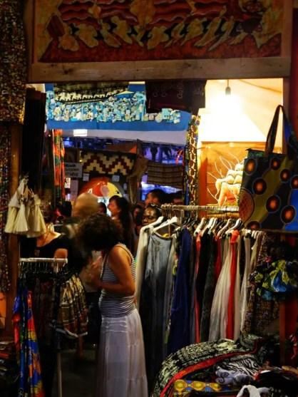Vestiti colorati al Suq di Genova.