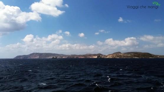 l'isola di kimilos vista dal traghetto che parte ogni giorno da Pollonia.