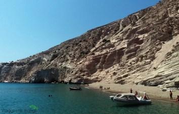 la spiaggia di Gerakas a Milos, raggiungibile solo dal mare.