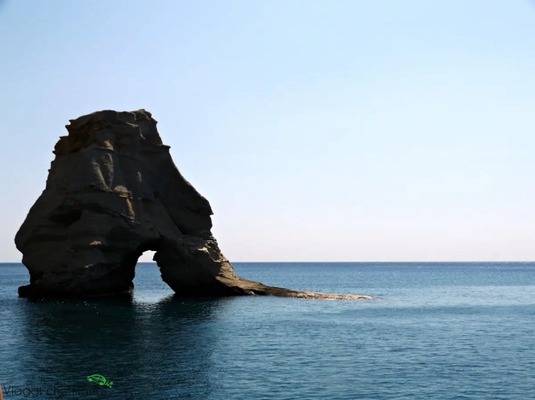 lo scoglio di kleftiko, a milos, è raggiungibile solo dal mare ed è una tra le cose da vedere sull'isola greca.